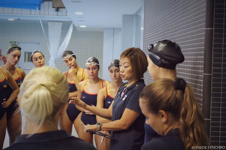 Mayuko Fujiki gives out the swimming plan for the morning training session. Photo Christina Marmet/Inside Synchro